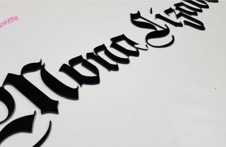 """לוגו חברת MonaLizabeth    עשוי פרספקס שחור מבריק עובי 3 מ""""מ"""