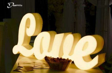 אותיות מוארות LOVE תאורה LED צהובה | גובה 50 ס