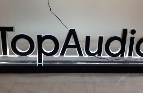 שלט מואר להעמדה על שולחן עם תאורת LED עם לוגו או שם החברה בחיבור לכבל חשמל