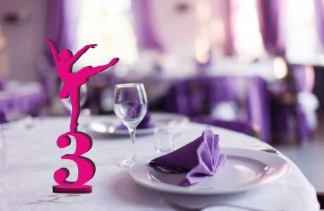 מספרי שולחן מעוצבים עם רקדנית עומדת על מספר ותחתית עגולה