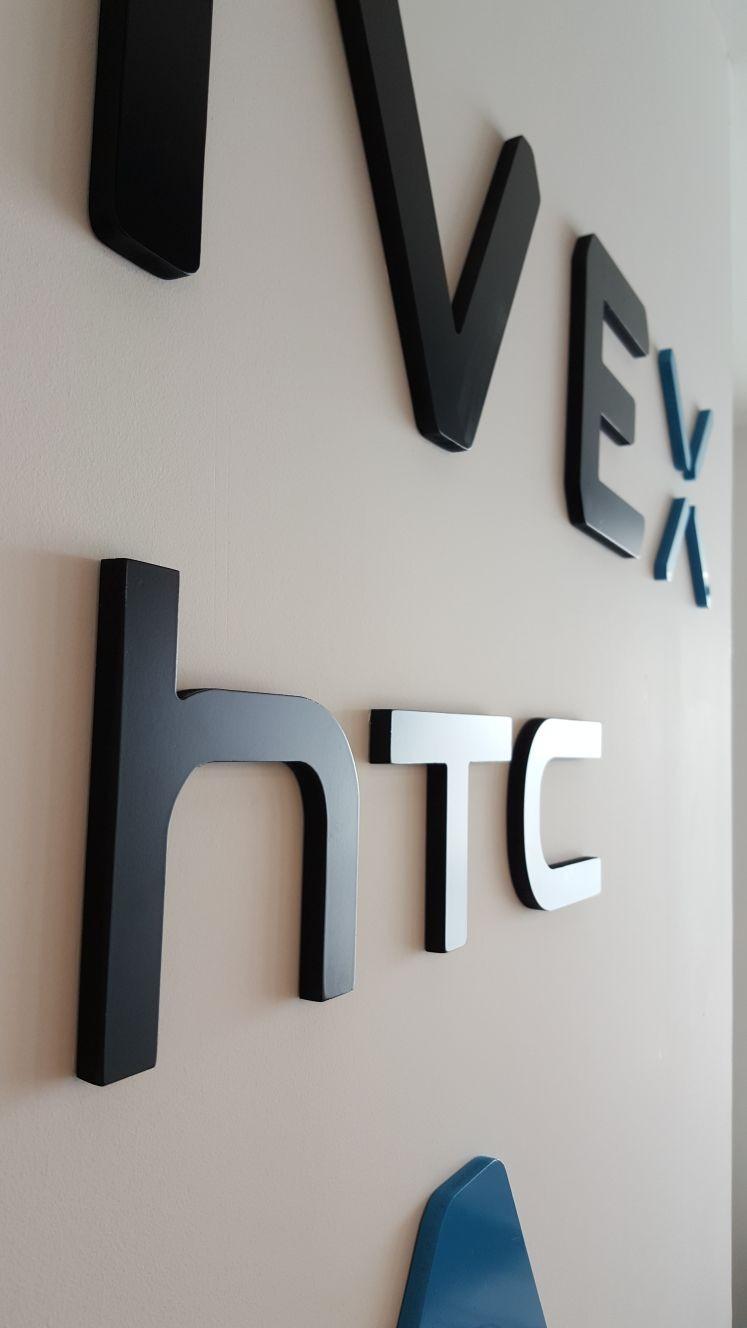 מיתוג עמדת קבלה | לוגו PVC צבוע ומדבקת קיר